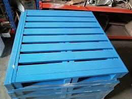 生产厂家仓库中堆叠的钢托盘